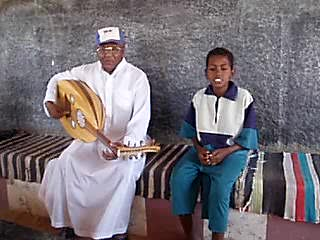Assuan, Ägypten: The Nubian grandfather and his grandson are singing.