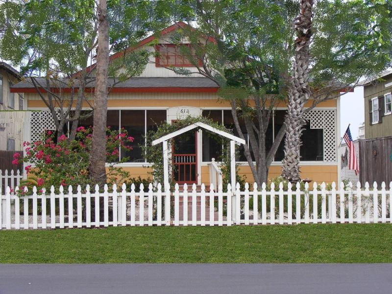 StoryBook Cottage with Parking in Back