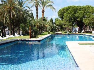 Villa 1000 m2, for a maximum of 30 people with pool, 800 meters from the beach