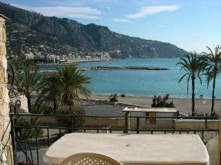 TO RENT IN MENTON  HOLIDAY FLAT FACING THE SEA