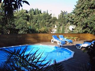 GARDEN LEVEL FLAT WITH SWIMMING-POOL