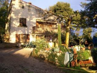 In Allauch, spacious and sunny appartment in a villa with terrasse, swimming pool and huge garden.