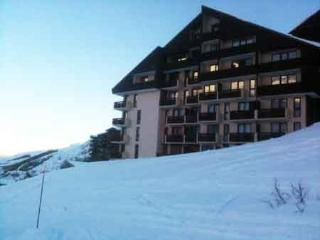 Flat sleeps 4 guests, right on the ski slopes