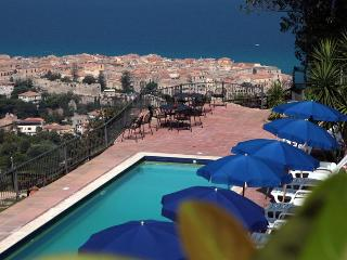apartments in villa with swimming-pool about 10 minutes by car from Tropea