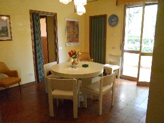 Tuscany Marina di Massa (STRONG marble - Versilia 5 km) - apartment at 300 mt. from the sea of ??the Riviera Apuna. The room is rented preferably for months (the contract for a maximum of 30 days) and not weeks.