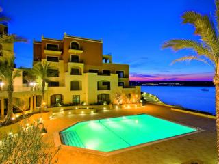Luxurious 2 bed apartment with beautiful Seaviews