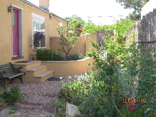 Charming Condo near Plaza with Garden &amp; Mt. View!