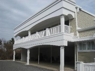 2 BR condo with pool 1 block from beach!