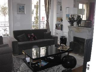 Monceau: Very chic  Appt in lively and pedestrian rue Levis up to 6 guests
