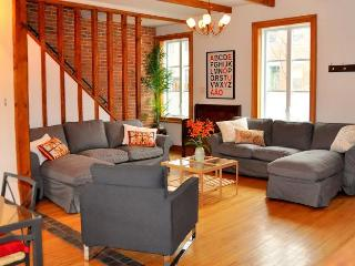 Charming 4 BR cottage near OLD MONTREAL w/ garden!
