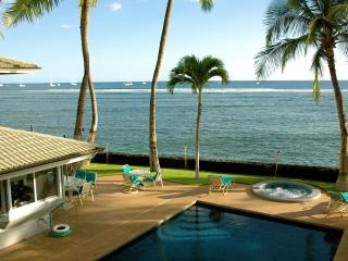 Lahaina on the beach that sleep up to 18 guests!