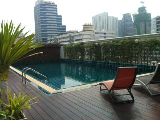 Top floor 1 bed apt Silom w/rooftop pool ,wifi&tv
