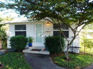 Modern Bungalow (2 bed/2 bath)
