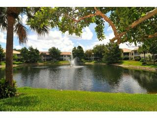 Lovely Pelican Marsh lake-view condo
