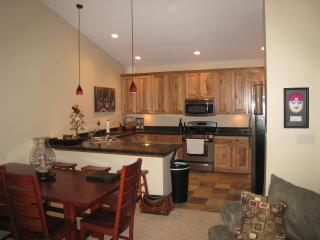 Beautiful, Upscale Condo.  Shuttle to Ski, Walk to Nightlife!!