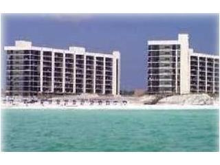 Beautiful Condominium on beach. Magnificent Views!