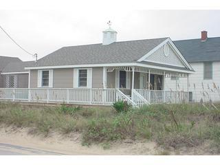 Quaint, cozy  2 bedrm cottage just steps to beach