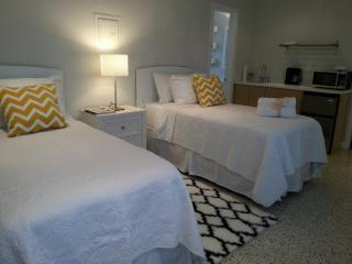 LBTS, Studio walk to the beach, pool. Great area!