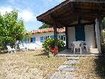 Wooden house, covered terrace, clothes washing machine, barbecue, quiet enclosure, 850 m. from beach