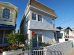 Updated Upper Unit of a Duplex! Rooftop Deck &amp; Close to Newport Pier! (68322)