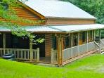 &#39;Sleepy Bear Hollow&#39; - Riverfront 3BR Cabin w/Hot Tub