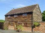 THE HAY BARN, family friendly, character holiday cottage, with open fire in North Piddle, Ref 4062