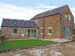 GOULD'S BARN, family friendly, character holiday cottage, with open fire in Longnor, Ref 3722