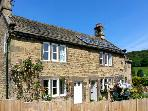 MOMPESSON COTTAGE, pet friendly, character holiday cottage, with a garden in Eyam, Ref 2285