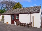 2 THE COURTYARD, country holiday cottage with use of a tennis court, in Alderholt, Ref 14086