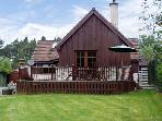 GLENMORE COTTAGE, detached cottage, overlooking woodland, en-suite bedroom, decked area, in Carrbridge, Ref 17023