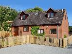 LITTLE ORCHARD COTTAGE, family friendly, character holiday cottage, with a garden in Hope Bagot, Ref 1716