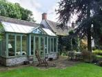 THE CONSERVATORY, romantic single-storey pet-friendly cottage in Parwich Ref 19902