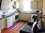 BROOKES APARTMENT, romantic base, town centre location, great walking, in Much Wenlock, Ref 21200