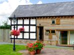 STABLE END, family friendly, character holiday cottage, with a garden in Luntley, Ref 2216