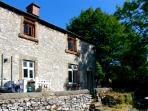 RIVER COTTAGE, pet friendly, character holiday cottage, with open fire in Youlgreave, Ref 2239