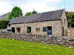 DRAGON HILL BARN, family friendly, luxury holiday cottage, with open fire in Brassington, Ref 2484