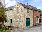 THE ROOST, family friendly, character holiday cottage, with a garden in Parwich, Ref 2638