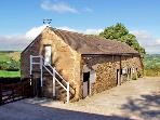 THE LOFT, pet friendly, character holiday cottage, with hot tub in Millthorpe, Ref 2674