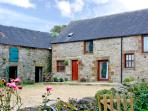 AUNT JANE&#39;S, family friendly, character holiday cottage, with a garden in Winster, Ref 2686