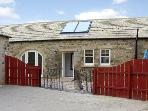STABLES COTTAGE, family friendly, character holiday cottage, with a garden in Whorlton Near Barnard Castle, Ref 3552