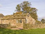 REYNARD ING COTTAGE, romantic, luxury holiday cottage, with open fire in Addingham, Ref 4398