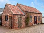 SOUTH HIGHFIELD BARN, romantic, country holiday cottage, with a garden in Market Rasen, Ref 5104