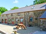 THE CORN LOFT, family friendly, character holiday cottage, with a garden in Haverfordwest, Ref 7187