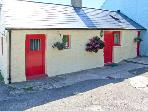 FFYNNON TOM, romantic retreat, character features, king-size bed, in Trefin, Ref 8725