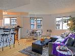 Eclectic downtown flat with fun dcor and lively restaurants at its door!