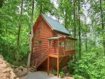 Enjoy Vacation or Getaway Time in lovely tri-level cabin in Smoky Mountains.