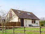 WENLOCK EDGE COUNTRY COTTAGE, first floor cottage, farmland views, romantic escape near Much Wenlock, Ref 21207