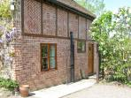 CEDARS MOUNT COTTAGE, romantic retreat, dressing room, enclosed patio, in Felhampton, Ref 8789