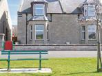 VALLEYFIELD, pet friendly coastal cottage, by sea and green in Nairn, Ref 20339