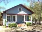 Quaint 2 Bedroom Cottage Blocks From Downtown